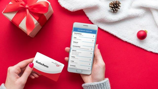 Geschenkgutscheine unter dem Weihnachtsbaum